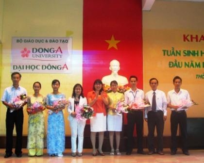 CT.HĐQT Đông Á trao thưởng cho các giáo viên đã có thành tích xuất sắc trong năm học 2009