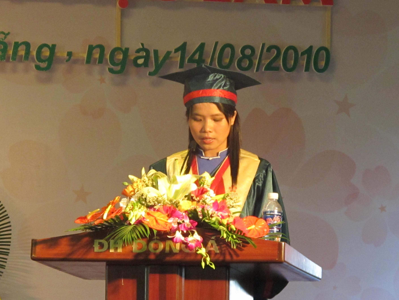 Sinh viên Phạm Thị Bích Ngọc - Lớp 07CDKD2A đại diện SV Tốt nghiệp phát biểu cảm tưởng tại buổi lễ